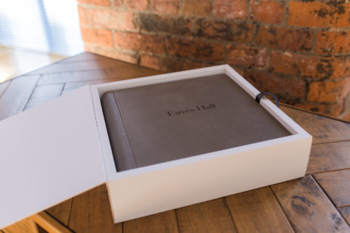 Graphistudio matted album in sequoia leather with white studio box in white